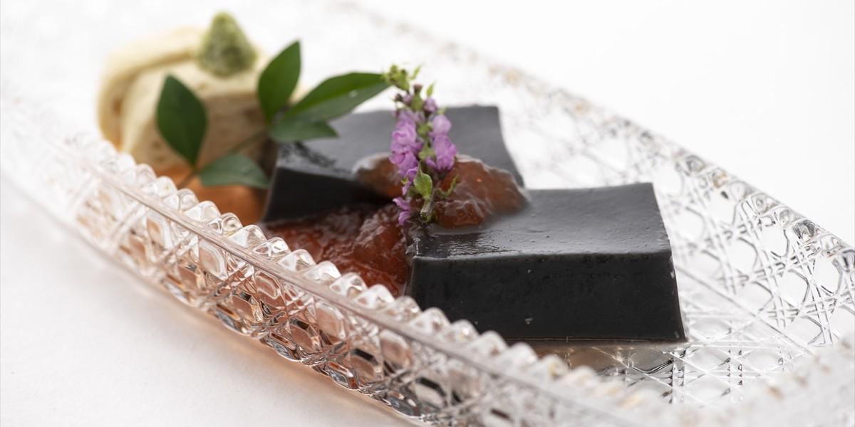 先付け:胡麻豆腐と湯葉の梅肉うま出汁ジュレかけ