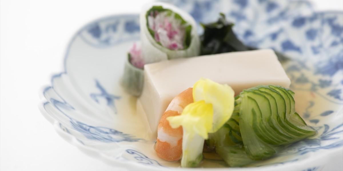 酢の物:胡麻豆腐、ボイル海老、胡瓜、若布の酢の物